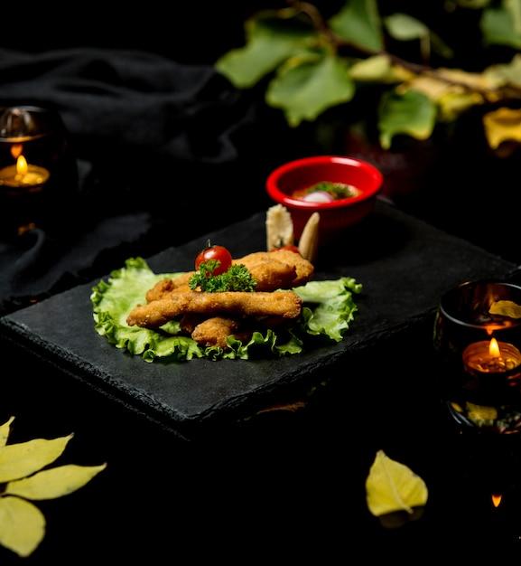 Schnitzel de frango com tomate e verde Foto gratuita