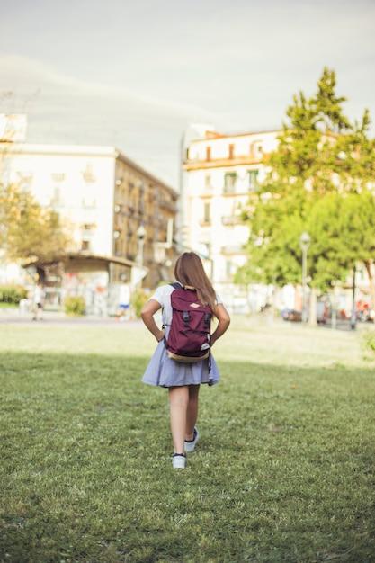 Schoolgirl, andar, em, parque cidade Foto gratuita