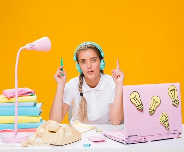 Schoolgirl, escrivaninha, com, laptop, em, memphis, estilo Foto gratuita
