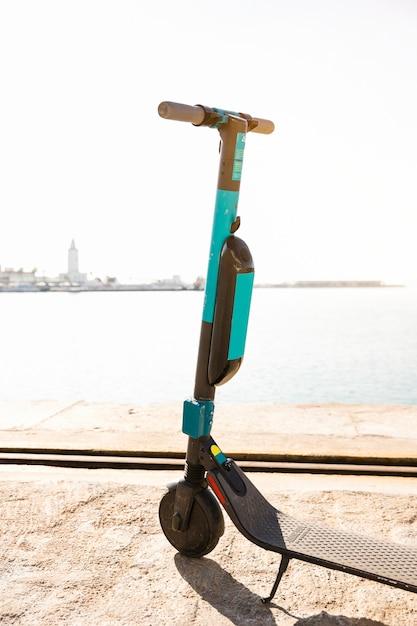 Scooters elétricos dockless estacionados na doca Foto gratuita