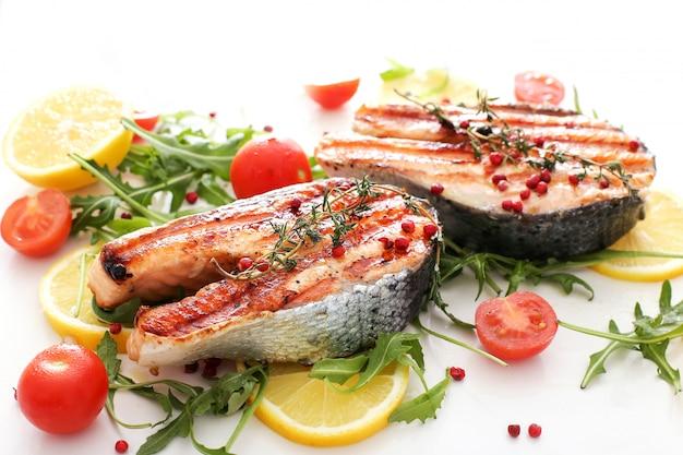 Seafoods fish - food legumes limões e tomates Foto gratuita