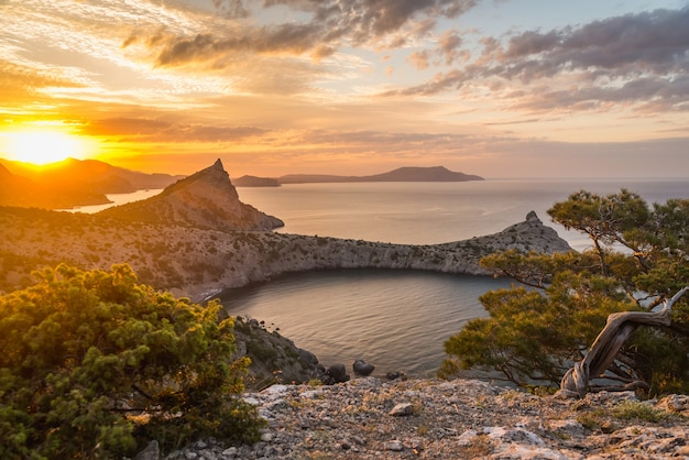 Seascape ao nascer do sol nas montanhas Foto Premium