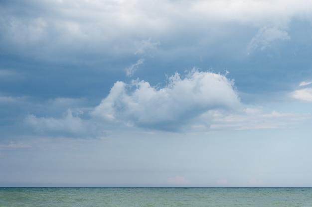 Seascape no fundo nuvens escuras antes de uma tempestade Foto Premium