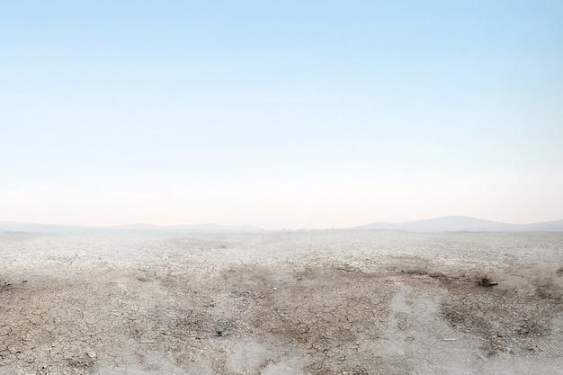 Seca do solo no campo com fumaça Foto Premium