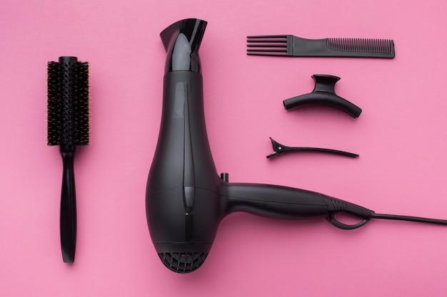 Secador de cabelo profissional em configuração plana Foto gratuita
