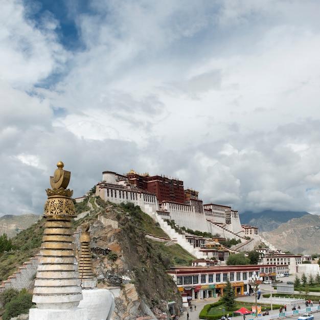 Seção alta, vista, de, stupa, com, palácio potala, em, a, fundo, lhasa, tibet, china Foto Premium