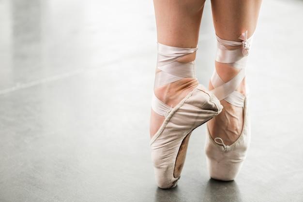 Seção baixa de dançarina de balé Foto gratuita