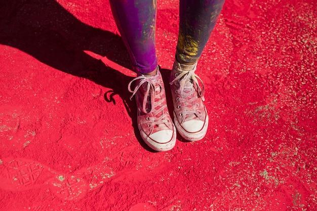 Seção baixa de sapatos de mulher com pó de cor holi Foto gratuita