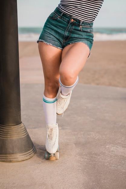Seção baixa, de, um, femininas, patinador, ficar, um pé Foto gratuita