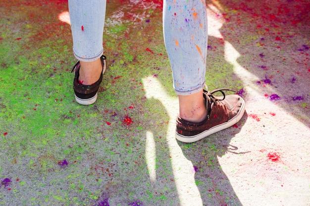 Seção baixa, de, um, mulher, sapato, mexer, com, coloridos, holi, cores Foto gratuita