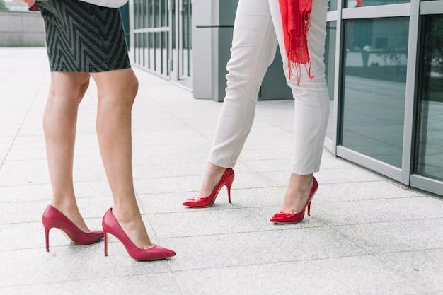 Seção baixa, vista, de, dois, pés femininos, com, calcanhares altos Foto gratuita