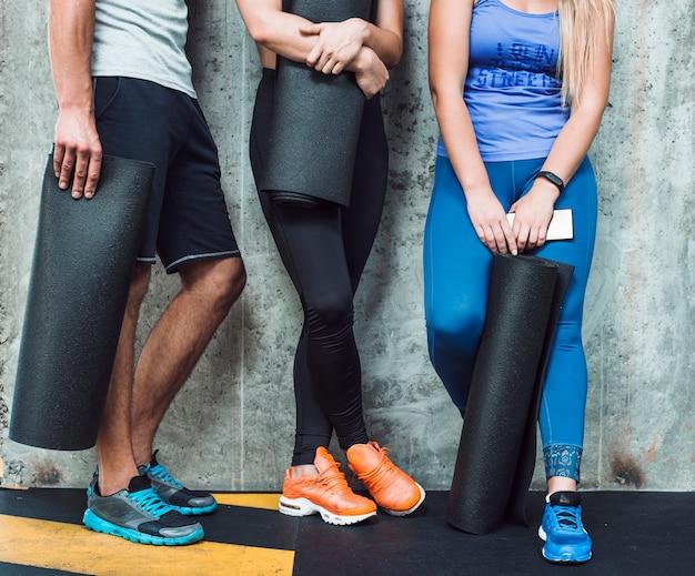 Seção baixa, vista, de, pessoas, com, esteira exercício, em, ginásio Foto gratuita
