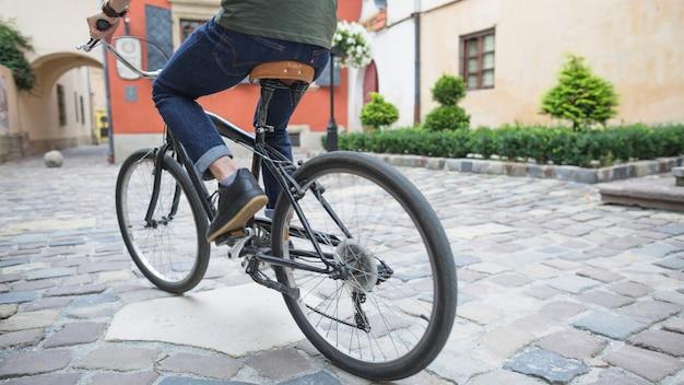 Seção baixa, vista, de, um, ciclista, bicicleta equitação, ligado, pavimento Foto gratuita