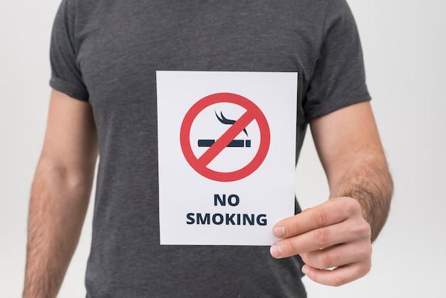 Seção intermediária do homem mostrando nenhum sinal de fumar isolado no fundo branco Foto gratuita