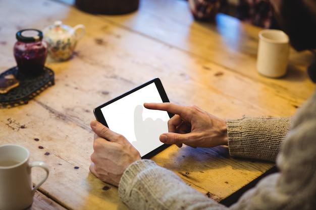 Seção intermediária do homem usando tablet digital Foto gratuita