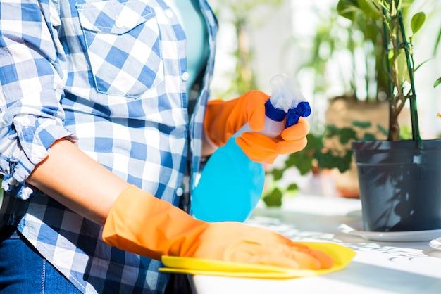 Seção mid, de, mão mulher, limpeza, a, branca, superfície, com, spray, desinfetante Foto Premium