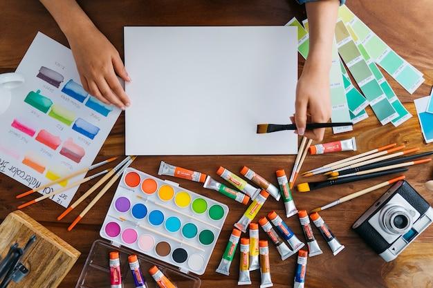 Secretária de artistas com elementos de pintura Foto gratuita
