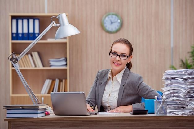 Secretária de mulher ocupada estressante sob stress no escritório Foto Premium