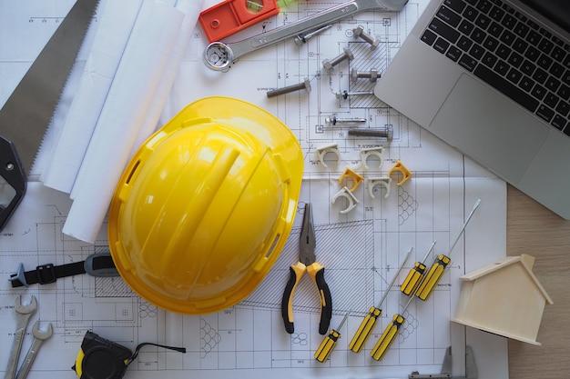 Secretária do contratante e equipe de engenharia. Foto Premium