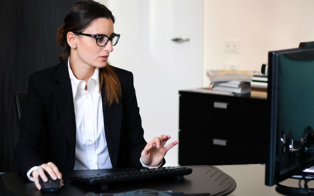 Secretário atg trabalhar em seu escritório com um desktop pc Foto Premium