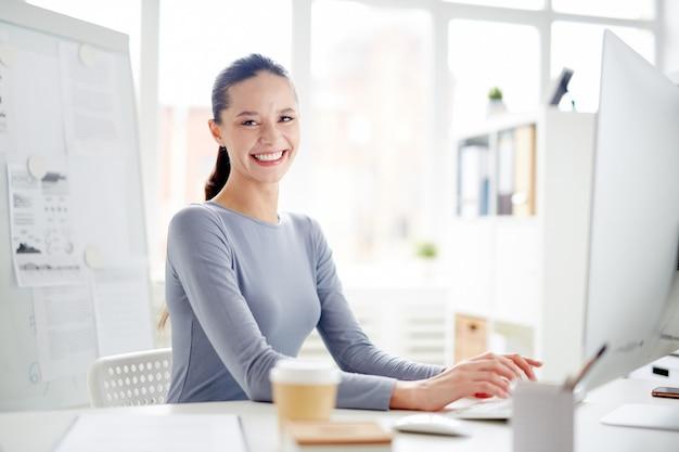 Secretário no escritório Foto gratuita