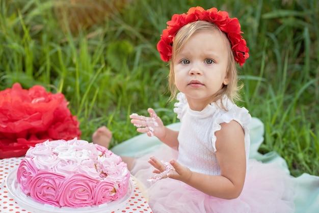 Segundo aniversário da menina. bolo quebra. Foto Premium