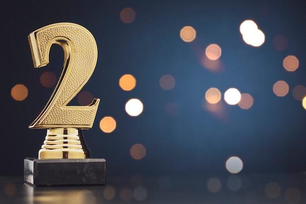 Segundo lugar vencedores troféu de ouro sobre azul Foto Premium