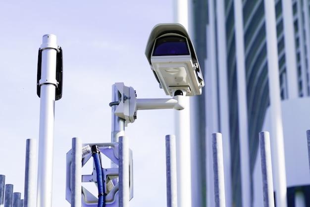 Segurança cctv câmera de vigilância edifício ao ar livre Foto Premium