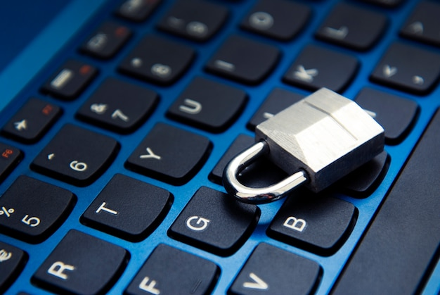 Segurança cibernética, cadeado no teclado do laptop. vício em internet. Foto Premium