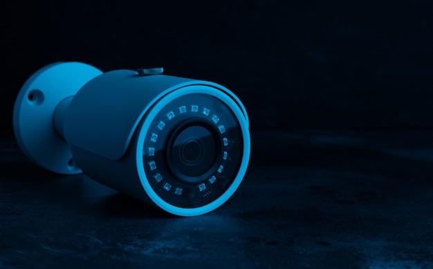 Segurança da câmera no escuro em luz de néon. Foto Premium