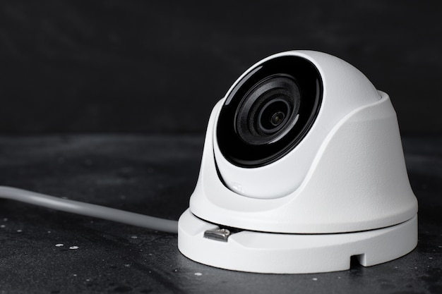 Segurança da câmera portátil em fundo escuro, copie o espaço Foto Premium