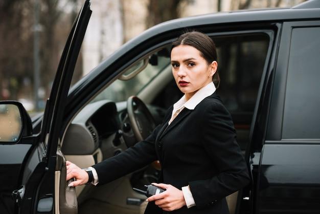 Segurança feminina, garantindo a segurança do cliente Foto gratuita