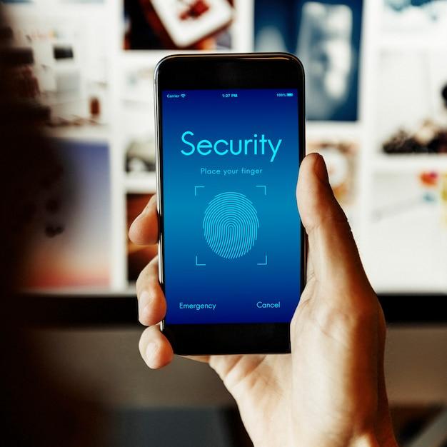 Segurança online e scanner de impressão digital no smartphone Foto gratuita