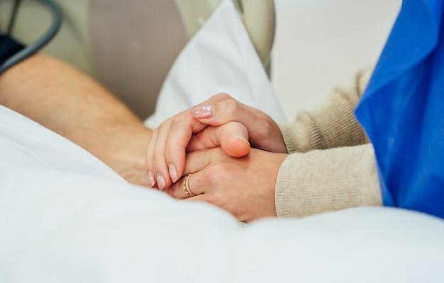 Segurando as mãos do paciente em um hospital. ajuda familiar. fechar-se. apoio, suporte. Foto Premium