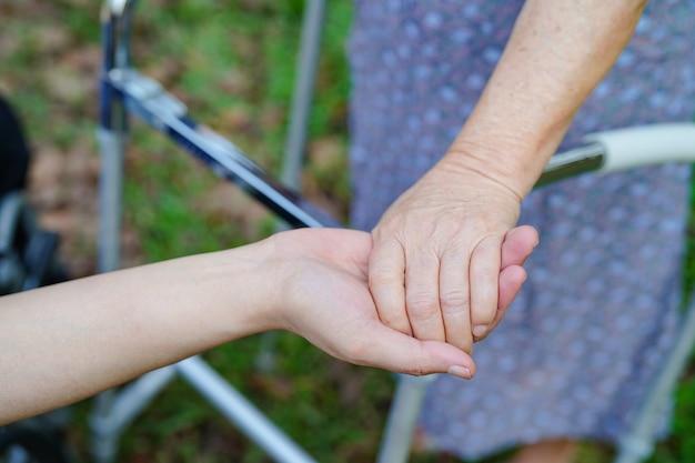 Segurando, mãos, asiático, sênior, ou, idoso, senhora velha, mulher, paciente, com, amor Foto Premium