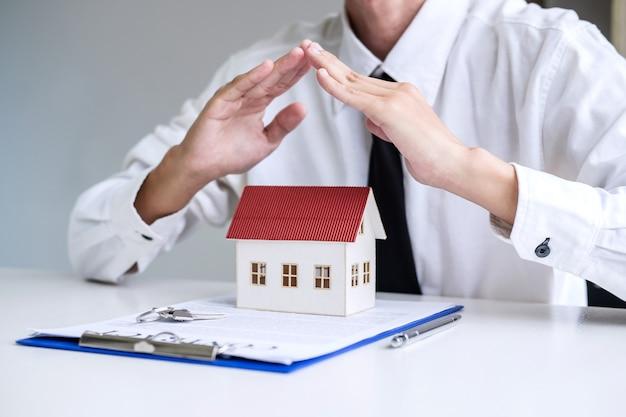 Seguro e proteção de cuidados do conceito de casa Foto Premium