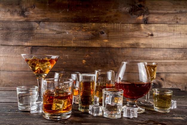Seleção de bebidas alcoólicas fortes e fortes Foto Premium