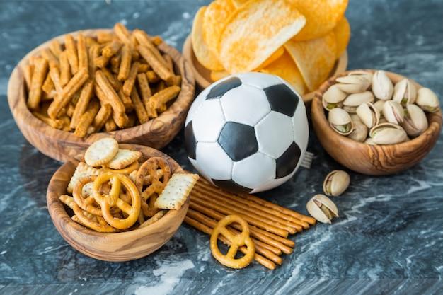 Seleção de comida de festa para assistir campeonato de futebol Foto Premium