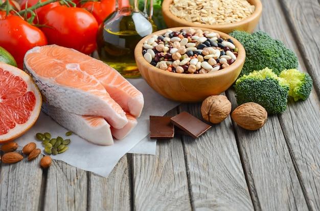 Seleção de comida que é boa para o coração na mesa de madeira rústica Foto Premium