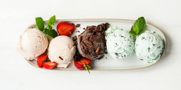 Seleção de diferentes colheres de sorvete Foto Premium