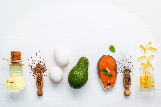 Seleção de fontes alimentares de ômega 3 e gorduras insaturadas para alimentação saudável. Foto Premium