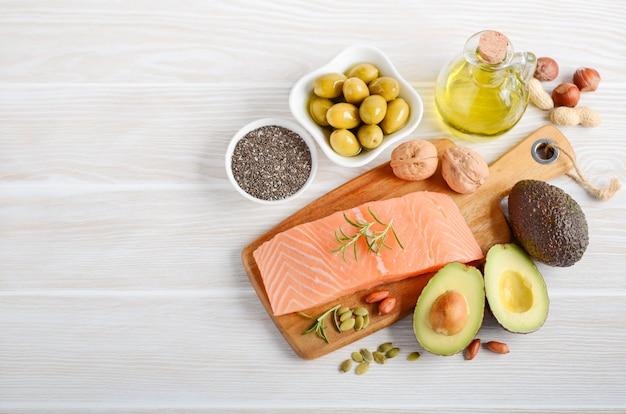 Seleção de gorduras insaturadas saudáveis, ômega 3 Foto Premium