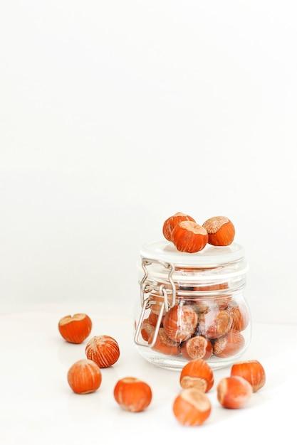 Seleção de nozes diversas: avelãs, pistache e nozes em frascos de vidro Foto gratuita
