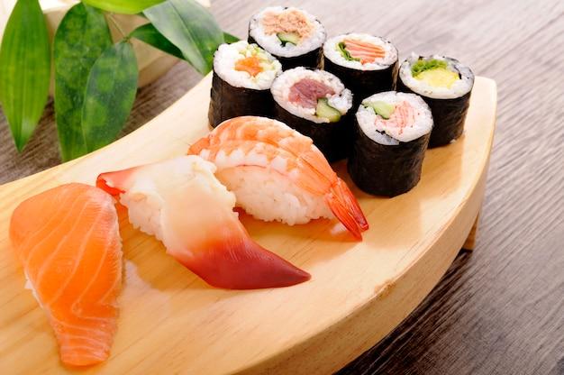 Seleção de placa de sushi Foto gratuita
