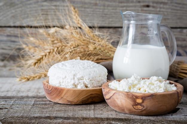Seleção de produtos lácteos em fundo de madeira rústico Foto Premium