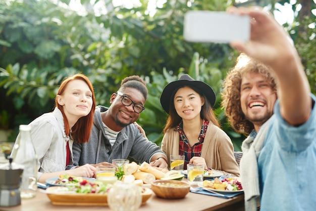Selfie de amigos felizes Foto gratuita