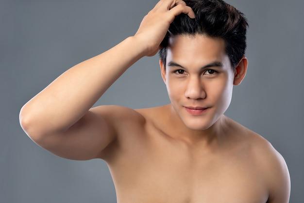 Sem camisa jovem hamdsome homem asiático com cara radiante limpa Foto Premium