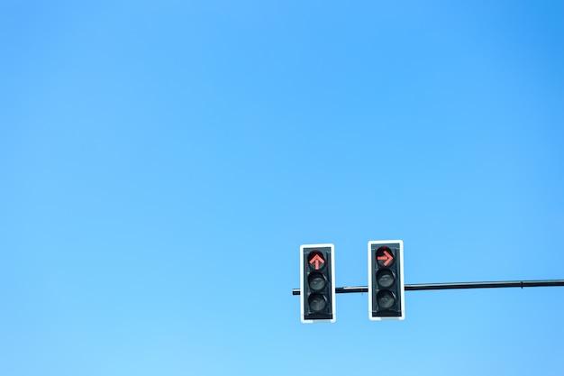 Semáforo com luz vermelha contra o céu azul Foto Premium
