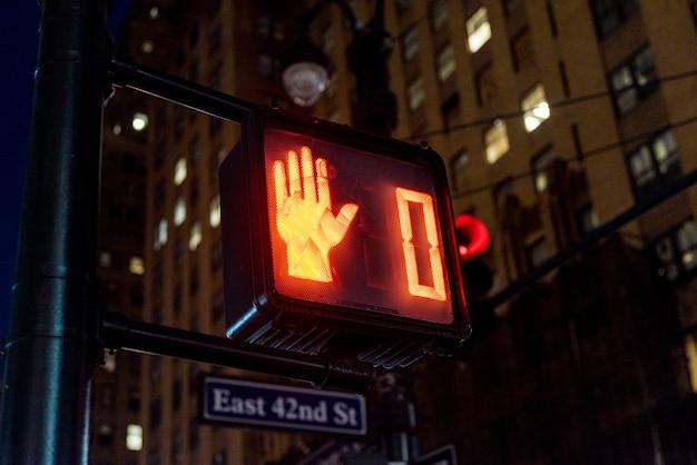 Semáforo vermelho na cidade Foto gratuita