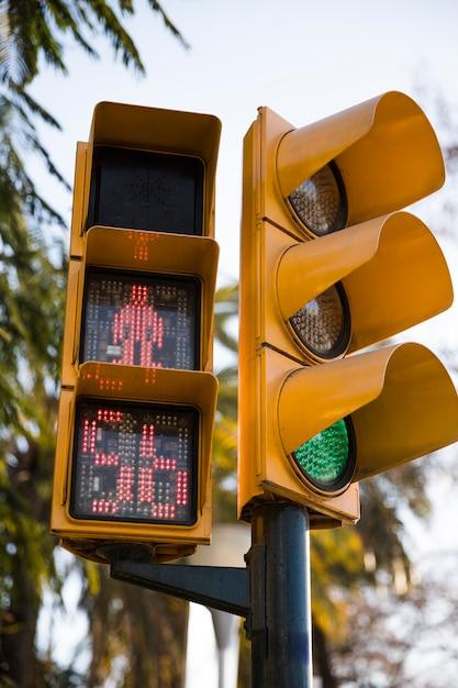 Semáforo vermelho para pedestres com contagem regressiva Foto gratuita